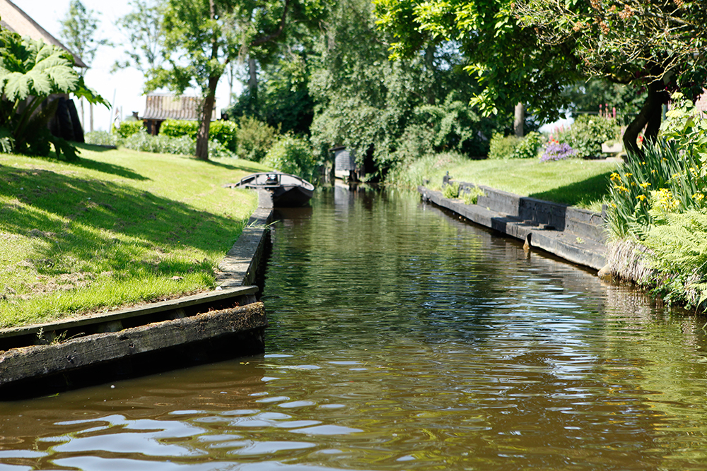 Best Things To Do In Giethoorn Netherlands featured by top US travel blog, Tea Cups & Tulips: the Venice of the Netherlands